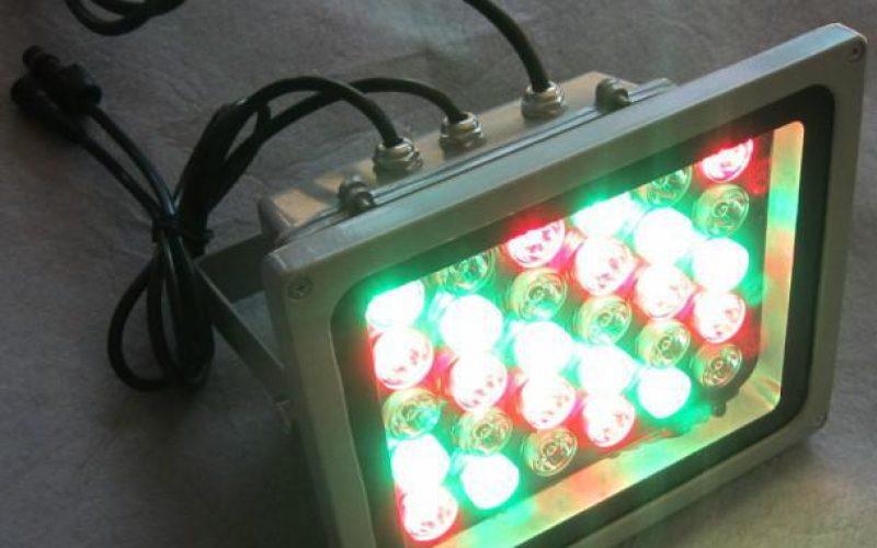 Aplikasikan Lampu Sorot RGB dengan DMX Controller